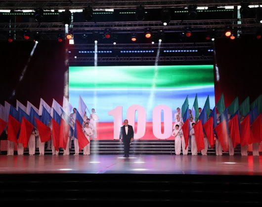 тимохин и колледж с флагами 100 летие ДАССР